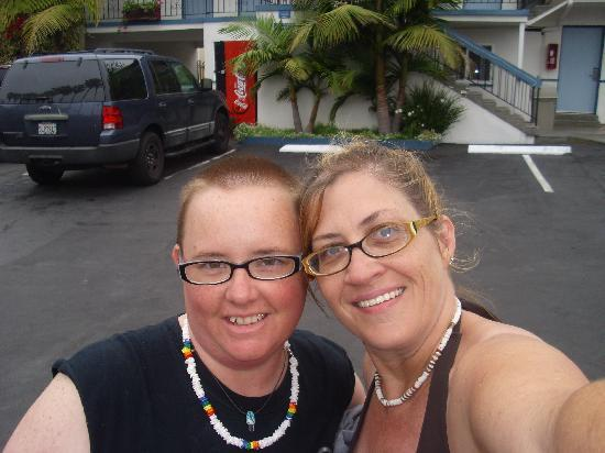 La Jolla Beach Travelodge : Partner and I in front of hotel