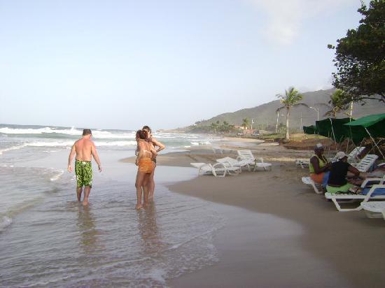 Isla Caribe Beach Hotel: Playa mirando a nuestra derecha