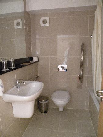 Clean bathroom picture of academy plaza hotel dublin for Best bathrooms dublin