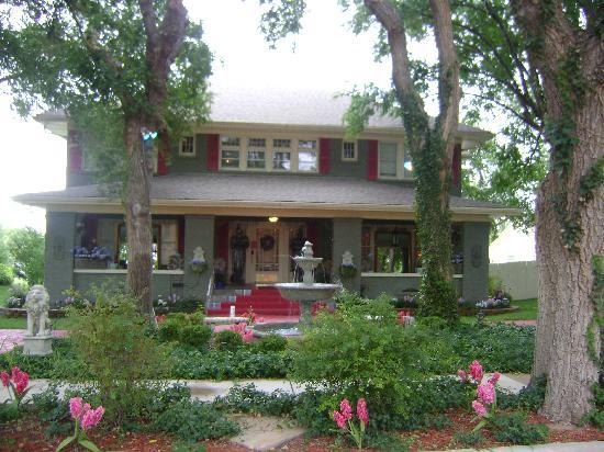 Canadian, TX: Front of Bed & Breakfast