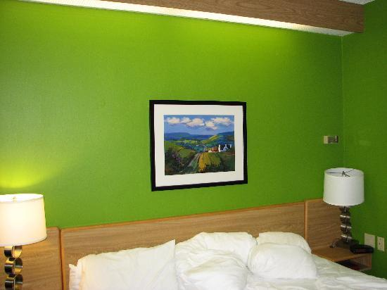 Sleep Inn: Wild Green Wall-I love it