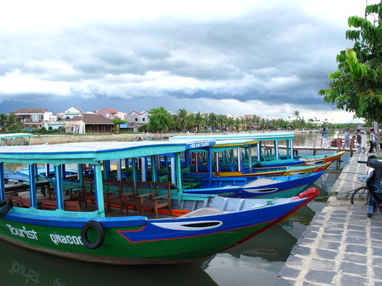 Хойан, Вьетнам: Hoi An - boats on the river in the old town
