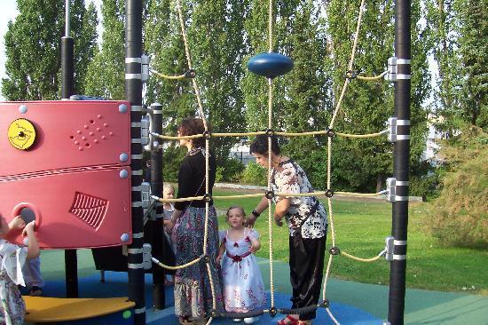 air de jeux pour enfants l 39 ext rieur dans le parc. Black Bedroom Furniture Sets. Home Design Ideas