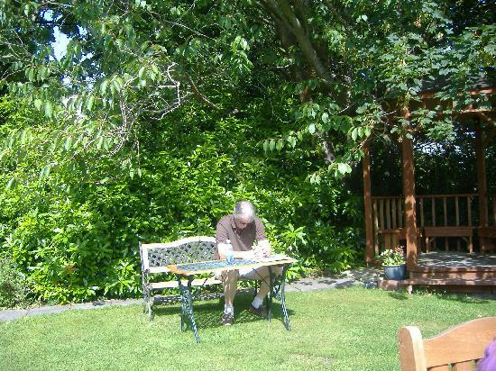 Loch Lein Country House : Relax in garden