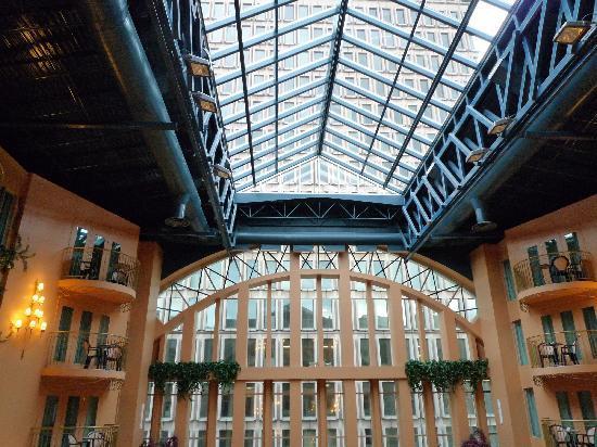 Hotel Palace Royal: Verrière au-dessus de la picine