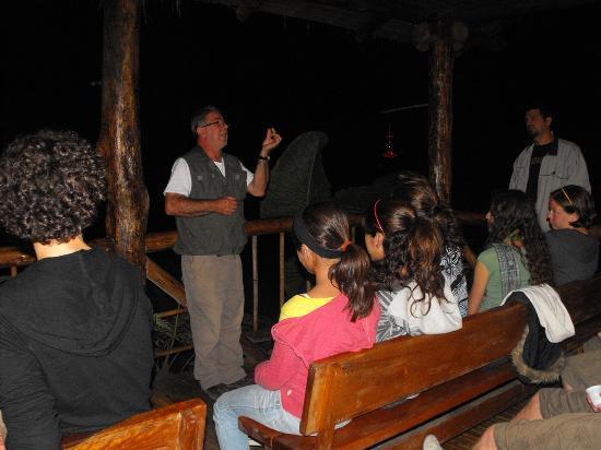 Mindo Lago: don Bernardo dandonos la charla antes de la exploración nocturna