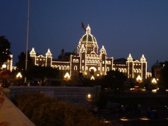Victoria, Canada: The House of Parlaament with 3,333 lighbulbs!