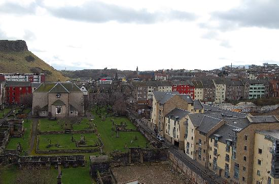 Atholl Brae Royal Mile: Apartment and view from living room/kitchen
