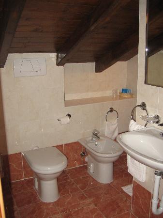 Albergo Del Duca: Bathroom for the bedroom