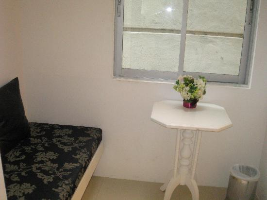 Baan Saladaeng Boutique Guesthouse: little seating area opposite the bathroom