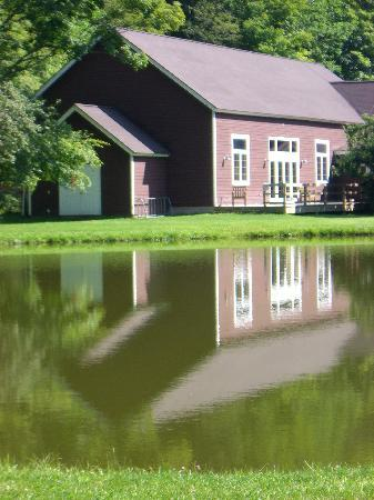 Beaverkill Valley Inn: Reflection in the Pond