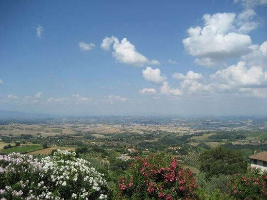 Montaione, อิตาลี: Udsigten fra torvet i Montanione