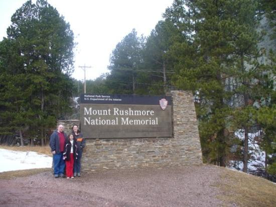 Keystone, SD: Family pic at the sign leading to Mt Rushmore.