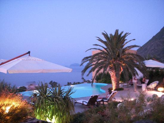 Hotel Ravesi : Il giardino al tramonto