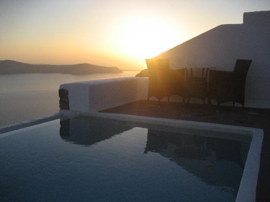 ดรีมส์ ลักชูรี สวีทส์: Sunset over our pool