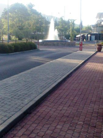 Sarteano, Italy: Walkway round site and fountain