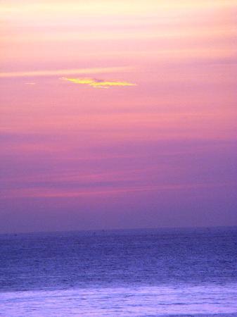 Poinciana Oceanside Resort & Retreat Centre: sunrise at the Poinciana
