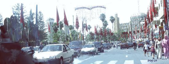 وجدة, المغرب: Avenue Med V où cohabitent civilisations et religions.