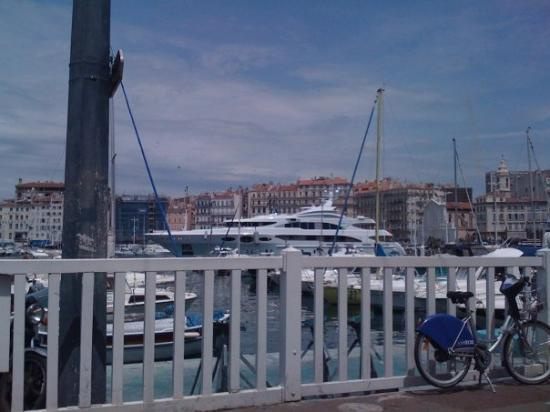 Un petit bateau dans le port de marseille picture of for Dans un petit bateau