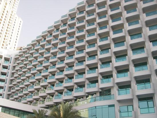 Hilton Dubai Jumeirah : View of hotel from pool