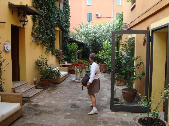 Hotel Porta San Mamolo: Courtyard leading to breakfast area