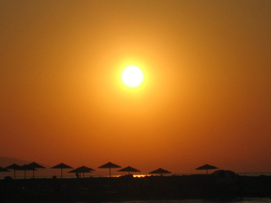 Anissaras, Greece: The sun at 8pm 19/07/09 over the beach