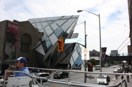ราชพิพิธภัณฑ์ออนตาริโอ: The Royal Ontario Museum and our tour guide.