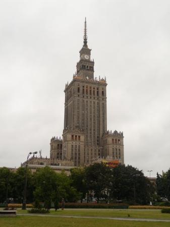Palace of Culture and Science: El Palacio de la Cultura y las Ciencias en Varsovia. Este gigante de 42 pisos fue construido por