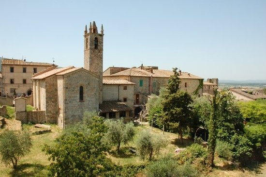 Monteriggioni, İtalya: View of the Church from the wall.