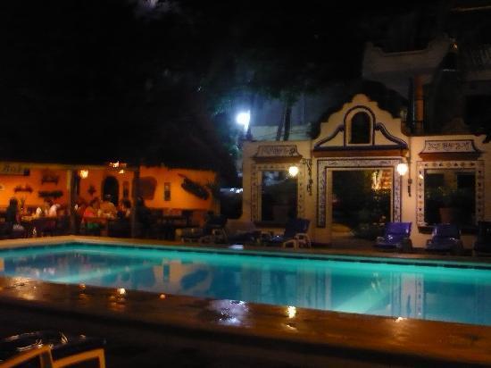 Beach Hotel Ines : La piscina de noche