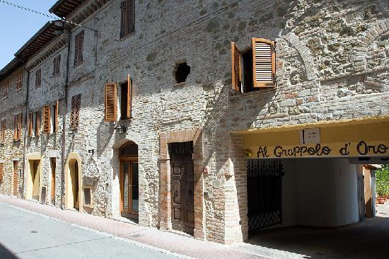 Hotel Al Grappolo d'Oro: Don't be fooled by the exterior!