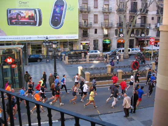 Hostal Mare Nostrum: Nice view from the balcony (ramblas on sunday morning)