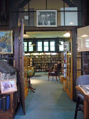 Ogunquit Memorial Library: Library Interior