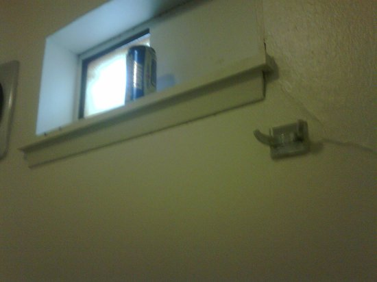 Motel 6 Ellensburg: Beer can left on window sill