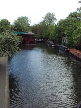 Λονδίνο, UK: London Zoo por el puente yendo al zoo