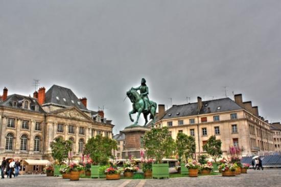 Orleans, Frankreich: place du Martroi et la statue de Jeanne d'Arc