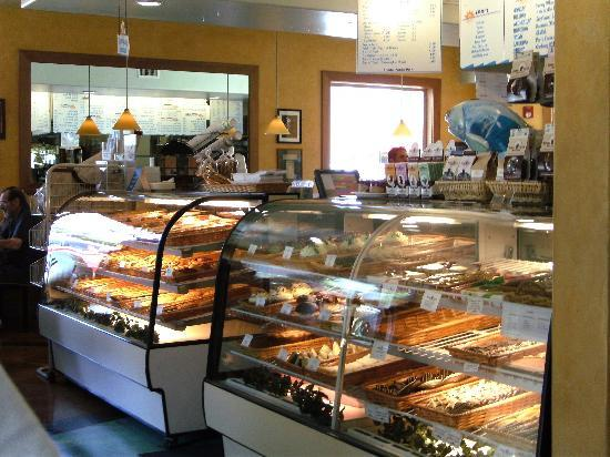 Splash Cafe and Artisan Bakery: 店内のデザートケース
