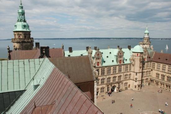 ปราสาทครอนบอร์ก: zamek Hamleta (zamek Kronborg w Helsingor), na horyzoncie Szwecja