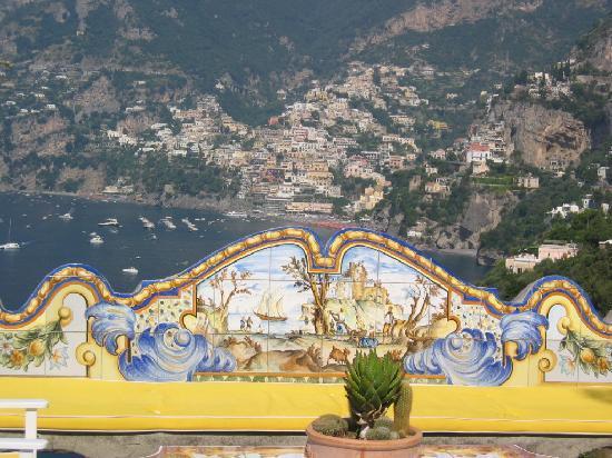 Il San Pietro di Positano: バーのベンチ越しにPositanoを