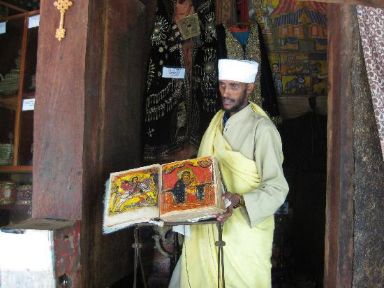 Tana Hotel: Priest displaying one of the ancient manuscripts protected in the monatery