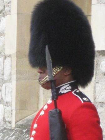 Londyn, UK: Guard at the Tower of London