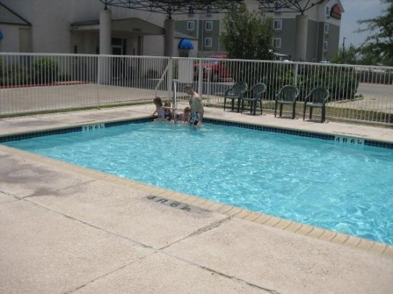 Motel 6 San Antonio South: We had the whole pool all to ourselves!