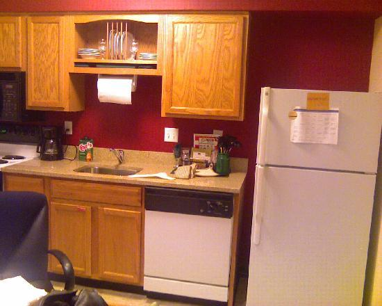 Hawthorn Suites by Wyndham St. Louis Westport Plaza: Kitchen area ( complete with dishes and pots and pans!)