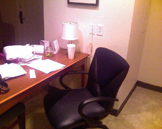 Hawthorn Suites by Wyndham St. Louis Westport Plaza: Table/work area complete with full candy jar and Internet access
