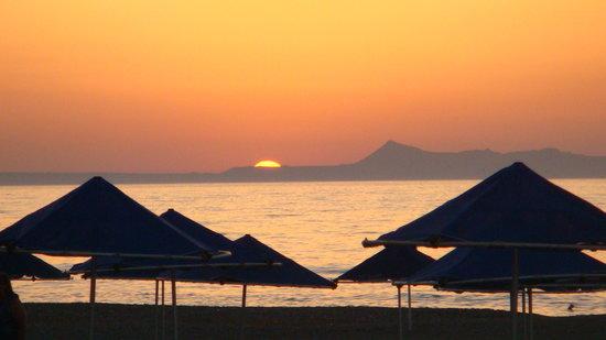 Adelianos Kampos, Grèce : la plage de l'hotel le soir