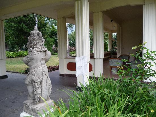 Inna Bali Heritage Hotel: Your own veranda/couch