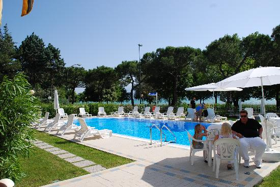 Hotel Suisse: Nice swimming pool & area around