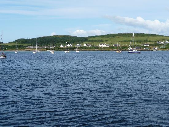 Gigha Hotel: hotel from the shore
