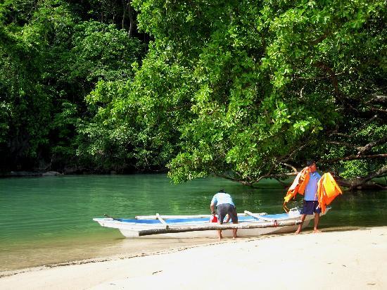 เปอร์โตพรินเซสา, ฟิลิปปินส์: paddle outrigger taken into the Cave