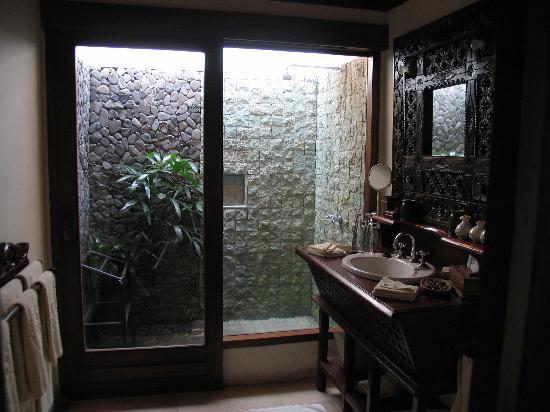 The Damai: Damai Lovina villa bathroom